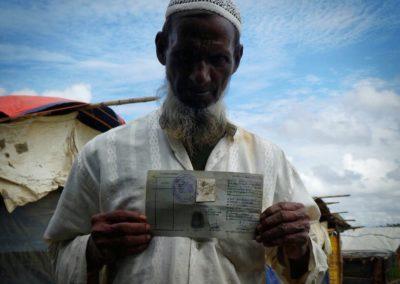 Refugiado rohingya con su visa de retorno en Cox Bazar / Jose Manuel Mota