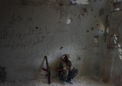 Soldado recibiendo la noticia de que su hermano ha muerto en combate / Ali Salami