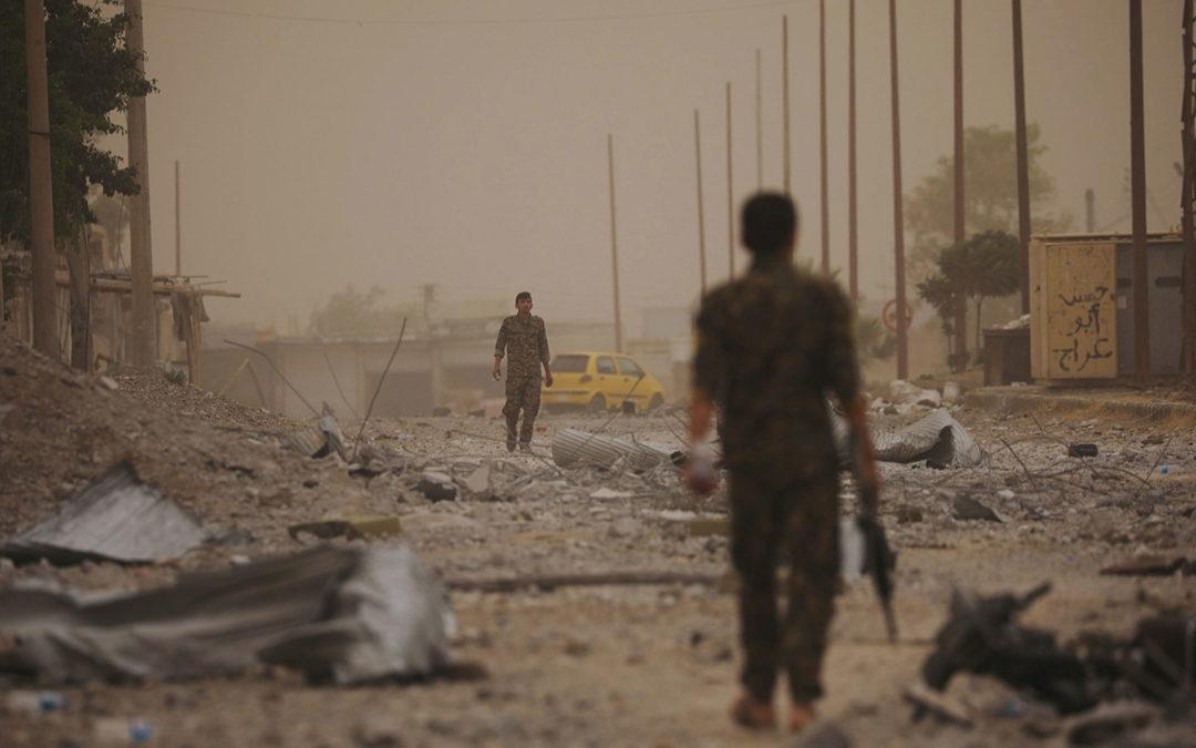 Hallan una fosa común con más de 1.500 cadáveres en Al Raqqa